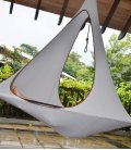 Songo coloris gris clair Moon fabriqué par hang in out c'est un cacoon a double lucarne qui permet de se coucher pleinement.